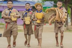 KANCHANABURI THAILAND - JUNI 13: Prepar oidentifierade pojkscouter fotografering för bildbyråer