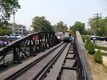Kanchanaburi, Thailand 17 Maart 2014 - Thais toeristentrein het lopen kruis de brug van Rivierkwai Royalty-vrije Stock Fotografie