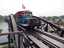 Kanchanaburi, Thailand 17 Maart 2014 - Thais toeristentrein het lopen kruis de brug van Rivierkwai Stock Fotografie