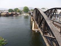 Kanchanaburi, Thailand 17 Maart 2014 - Thais toeristentrein het lopen kruis de brug van Rivierkwai Royalty-vrije Stock Foto