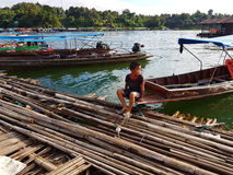 KANCHANABURI, THAILAND - 25. NOVEMBER: hölzernes Floss nahe dem alten w Lizenzfreie Stockfotos