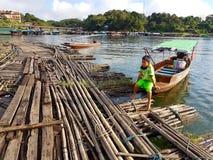 KANCHANABURI, THAILAND - 25. NOVEMBER: hölzernes Floss nahe dem alten w Lizenzfreie Stockbilder