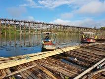 KANCHANABURI, THAILAND - 25. NOVEMBER: hölzernes Floss nahe dem alten w Lizenzfreies Stockbild