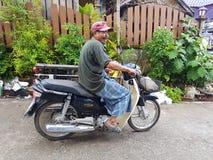 KANCHANABURI, THAILAND - 25. NOVEMBER: nicht identifizierter birmanischer Mann r Stockfotos