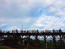 KANCHANABURI, THAILAND - 25. NOVEMBER: nicht identifizierter Tourist genießen Lizenzfreie Stockbilder