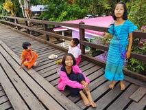 KANCHANABURI, THAILAND - NOVEMBER 25: niet geïdentificeerde Birmaanse meisjes Stock Foto's