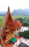 KANCHANABURI THAILAND - NOVEMBER 7, 2015: Stor guld- Buddha från bästa sikt på Wat Tham Suea royaltyfria bilder