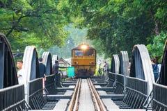 Kanchanaburi, Thailand - 7. November 2015: Zug auf der Br?cke ?ber dem Fluss Kwai in Kanchanaburi, Thailand Diese Br?cke ist stockfotos