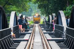 Kanchanaburi, Thailand - 7. November 2015: Zug auf der Br?cke ?ber dem Fluss Kwai in Kanchanaburi, Thailand Diese Br?cke ist lizenzfreie stockfotografie
