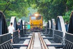 Kanchanaburi, Thailand - 7. November 2015: Zug auf der Br?cke ?ber dem Fluss Kwai in Kanchanaburi, Thailand Diese Br?cke ist lizenzfreie stockbilder