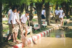 KANCHANABURI THAILAND - OKTOBER 8: De Unidentiffiedstudenten helpen stock afbeelding