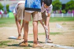KANCHANABURI THAILAND - 8. OKTOBER: Nicht identifizierte Studentenhilfe stockfotos