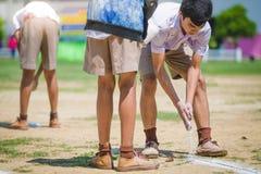 KANCHANABURI THAILAND - OKTOBER 8: Oidentifierad studenthjälp royaltyfria foton