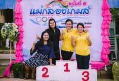 KANCHANABURI THAILAND - OKTOBER 8: Unidentiffied vrouwelijke leraar stock fotografie