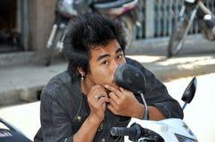 Kanchanaburi Thailand: Thailändsk ungdom på motorcykeln Royaltyfri Foto