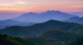 kanchanaburiberg över soluppgången thailand Arkivbild