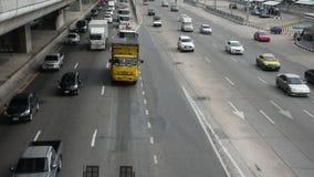 Kanchanaphisekweg met opstopping dichtbij MRT Purpere Lijn bij de post van Klappai stock video