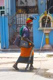 Kanchipuram, Tamil Nadu, India, il 19 marzo 2015: Vecchia via non identificata dell'India degli uomini di sadhu Fotografia Stock