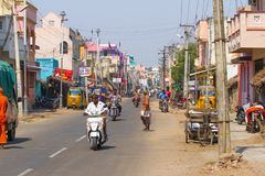 Kanchipuram, Tamil Nadu, Indien, am 19. März 2015: Leute und Transport in der indischen Straße Stockbild