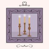 Kandelaarshouders met aangestoken omhoog kaarsen binnen een kader worden geplaatst dat Stock Afbeelding