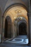 Kandelaber in einem Klosterbogen Stockfoto