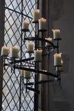 Kandelaber i en kyrka Arkivbild