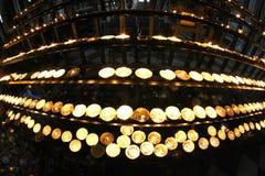 Kandelaber i kyrka med många vaxstearinljus och flimrande flamma Royaltyfri Foto