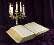 Kandelaber med bibeln Arkivfoto
