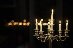Kandelaber med vita bränningstearinljus, ljusstake Arkivbild