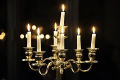 Kandelaber mit weißen brennenden Kerzen, Kerzenständer Lizenzfreie Stockfotografie