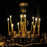 Kandelaber - stearinljusljus i forntida ortodox kyrka Arkivfoton