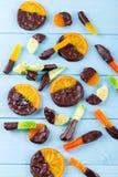 Kanderad frukt i choklad Arkivbild