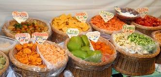 Kanderad frukt i marknadskorgen i Italien Royaltyfria Bilder