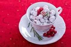 Kanderad tranbär i en dekorativ kopp Arkivfoton