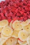 Kanderade hibiskusblommor och torkad ananas arkivbilder