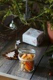 Kanderade orange skivor i en exponeringsglaskrus för jul härliga julgarneringar arkivfoton