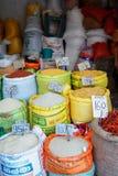 Kandi,斯里兰卡- 2017年2月05日, :米,五谷,谷物摊位在亚洲市场上在袋子包装了 免版税库存照片