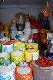Kandi, Sri Lanka - 05 Februari, 2017: De box van rijst, korrels, graangewas bij de Aziatische markt pakte in zakken in stock afbeelding