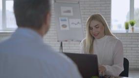 Kandidaat en interviewer - het concept 4K van het baangesprek stock video