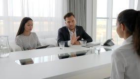 Kandidaat en interviewers in wit en ruim bureau, die secretaresse en werkgever in bestuurskamer, vrouw in modern samenkomen stock videobeelden
