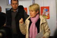 Kandidat för borgmästare av den Khimki oppositionsledaren Yevgeniya Chirikova under ett besök till en av vallokalerna Royaltyfri Bild