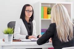 Kandidat för jobb för affärskvinna utvärderande royaltyfri fotografi