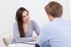 Kandidat som ser affärsmannen under intervju Arkivbild