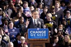 Kandidaten Barack Obama som visas på tidigt, röstar Arkivbild