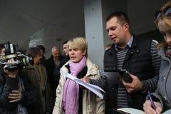 Kandidaten för borgmästare av den Khimki oppositionsledaren Yevgenia Chirikova och hennes head personal Nikolai Laskin meddelar m Royaltyfri Foto