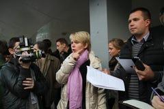 Kandidaten för borgmästare av den Khimki oppositionsledaren Yevgenia Chirikova och hennes head personal Nikolai Laskin meddelar m Arkivbilder