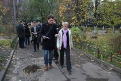 Kandidaten för borgmästare av Khimki opposition Evgeniya Chirikova säger journalister om val- kränkningar Arkivbild