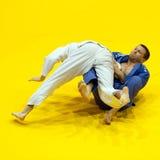Kandidaten nehmen an den Judo-Weltcup-Männern teil stockbild