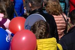 Kandidater av stadsskolorna samlade på den Volga River invallningen för att fira den sista klockan på en solig sommardag Sist app royaltyfria bilder