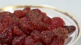 Kandierte Erdbeeren auf einer Platte stock footage